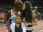 Rihanna, filha do corredor britânico Mohamed Farah, parece ter achado estranho o beijo do pai e da mãe, no final da corrida de 10 mil metros