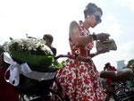Vestido rodado e salto alto para participar da inusitada corrida de bicicleta em Moscou
