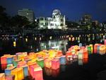 Lanternas de papel flutuam no rio Motoyasu, em frente a um monumento que homegeia as vítimas