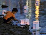 Crianças pintaram lanternas de papel para relembrar as vítimas do bombardeio