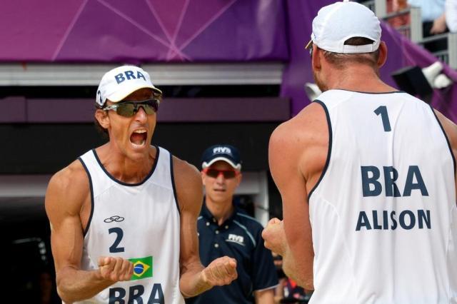 Alison e Emanuel vencem dupla da Letônia e vão à final no vôlei de praia Daniel Garcia/AFP