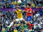 Rafael disputa a posse de bola contra Kim Hyun-sung em um jogo dominado pelos sul-coreanos no começo do primeiro tempo