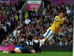 Oscar tenta investida contra o goleiro sul-coreano Lee Bum-young