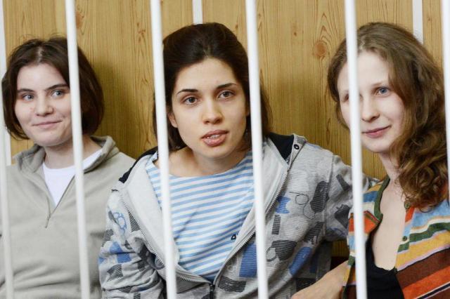Integrantes da banda Pussy Riot são condenadas a dois anos de prisão na Rússia NATALIA KOLESNIKOVA/AFP