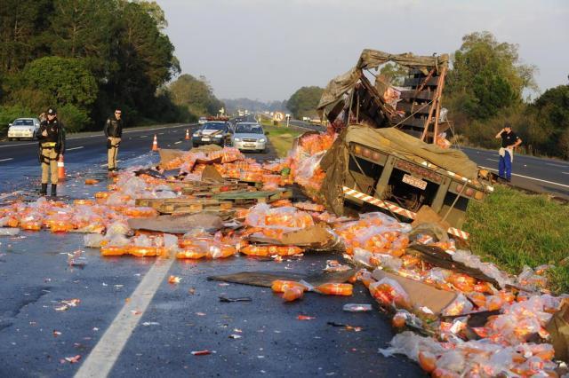 Carga de refrigerantes cai de caminhão e bloqueia uma pista da freeway Ronaldo Bernardi/Agencia RBS