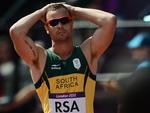 Reação do sul-africano Oscar Pistorius após o revezamento 4x400m no atletismo