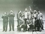 Cercado por amigos e sócios da Casa de Cinema, Jorge Furtado comemora a aclamação de seu filme, Ilha das Flores, em 1989