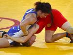 Disputa na luta olímpica entre a canadense Tonya Lynn Verbeek (E) e a ucraniana Tetyana Lazareva
