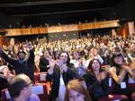 "Público aplaude de pé o trio de protagonistas de ""Colegas"", portadores de Síndrome de Down."