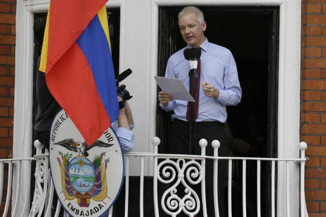 """Em primeira aparição em dois meses, Assange pede a Obama fim da """"caça às bruxas"""" Kirsty Wigglesworth/AP"""