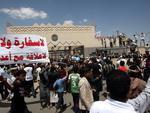 """Iemenitas seguram faixa que diz """"Nenhuma embaixada e nenhum embaixador, nenhuma relação com os inimigos"""", em frente à embaixada dos EUA em Sanaa"""
