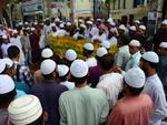Ativistas de um partido islâmico fazem protesto em frente à maior mesquita da capital Dhaka, em Bangladesh