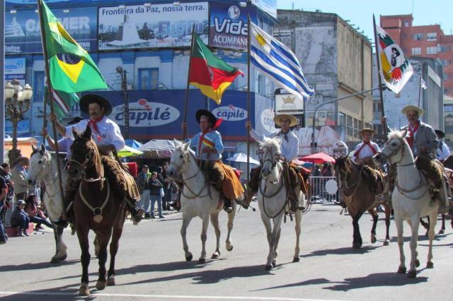 Desfile Farroupilha integra brasileiros e uruguaios em Santana do Livramento Alessandra Barros/especial
