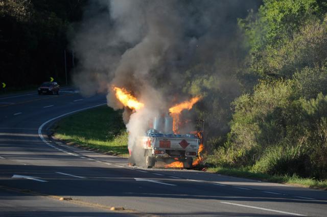Botijões de gás pegam fogo na carroceria de caminhão e Rota do Sol fica bloqueada por quase uma hora, em Caxias do Sul Porthus Junior/