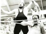 1964 | O Ringuedoze, programa de lutas, fica no ar de 64 a 69 com grande sucesso. Na foto, Gran Caruso leva a melhor sobre Romano no ringue do Ginásio da Brigada Militar, em Porto Alegre.
