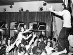 1975 | Pedro Sirotsky, filho de Maurício Sirotsky Sobrinho, comandava o programa campeão de audiência entre os jovens da época, o Transasom, com música popular brasileira
