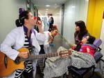 Inspirados em Patch Adams, voluntários levam alegria a pacientes de hospitais na Capital