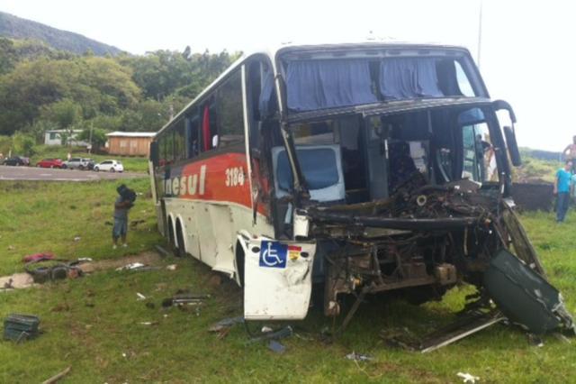 Ônibus e caminhão batem na BR-101 e trânsito fica em meia pista em Três Forquilhas Harleyson Almeida/Especial