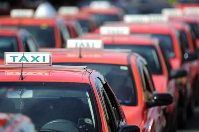 Taxistas preferem permanecer estacionados a trafegar em busca de passageiros em Porto Alegre Ronaldo Bernardi/Agencia RBS