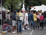 Jovens e familiares das vítimas concentrados  na frente da Boate Kiss, onde ocorreu a tragédia.