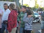 Familiares aguardam por informações no Centro Desportivo Municipal de Santa Maria, onde corpos chegam em caminhões