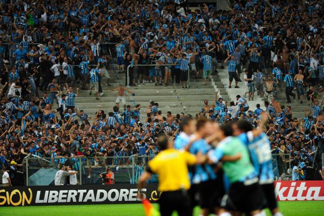 Em avalanche, proteção cede e torcedores do Grêmio caem no fosso da Arena Diego Vara/