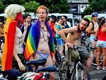 """Divulgada nas redes sociais, o código de vestimenta da pedalada seguia o slogan """"tão nu quanto você ousar""""."""