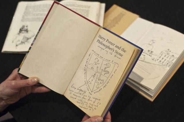 Livro do Harry Potter é vendido por US$ 227 mil em leilão Will Oliver/AFP