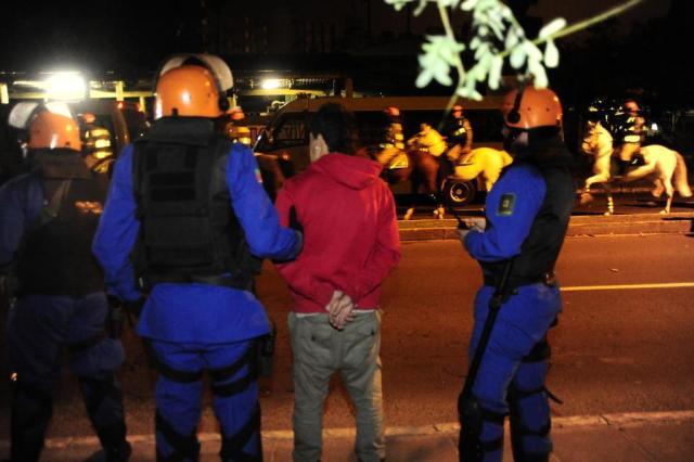 Polícia dá início à retirada de manifestantes que ocupam praça em Porto Alegre Tadeu Vilani/Agencia RBS