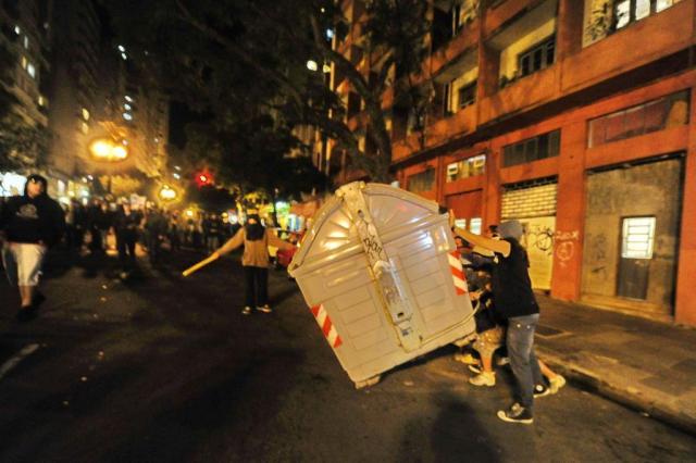 Vandalismo marcou protesto em Porto Alegre contra a tarifa de ônibus Ricardo Duarte/Agencia RBS