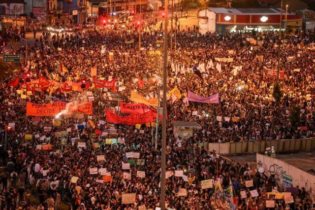 """""""Sem partido"""", grita a multidão à espera dos protestos em São Paulo DANIEL TEIXEIRA/ESTADÃO CONTEÚDO"""