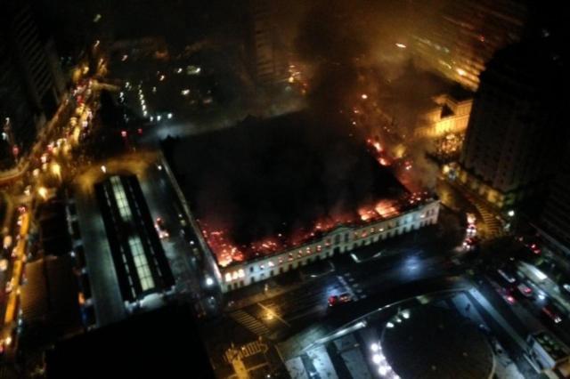 AO VIVO: Incêndio no Mercado Público de Porto Alegre Eduardo Sikorsky/Agencia RBS