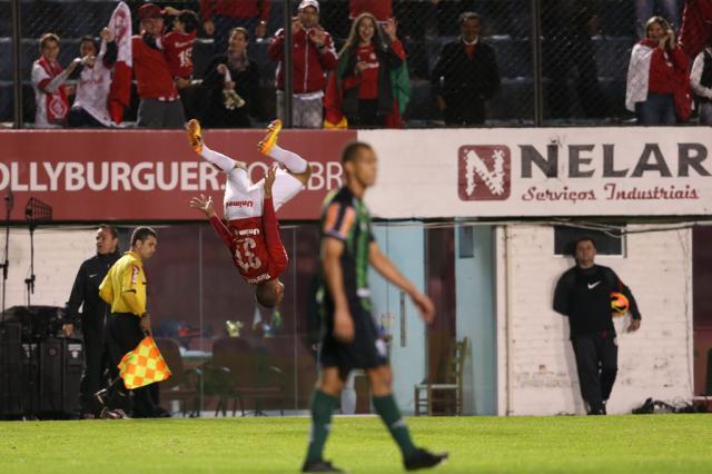 """Médico do Inter, Luiz Crescente afirma que lesão de Maurides não preocupa: """"Parece ser algo leve"""" Bruno Alencastro/"""