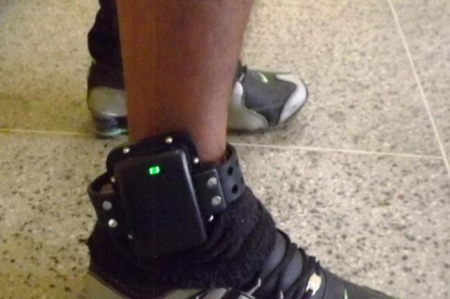 Homem com tornozeleira eletr nica preso por porte ilegal for Uso e porte de arma