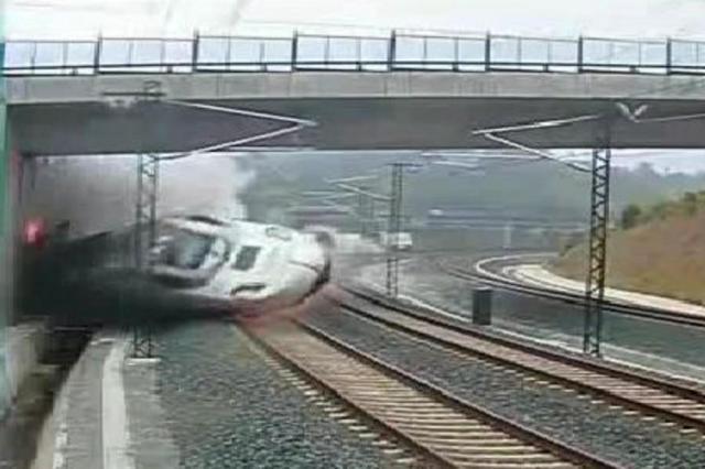 Vídeo mostra descarrilamento de trem que causou a morte de 78 pessoas na Espanha Miguel Riopa/AFP