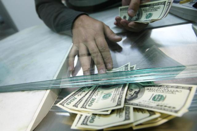 Dólar cai ao menor nível do ano e bolsa sobe mais de 2% Bruno Alencastro/Agencia RBS