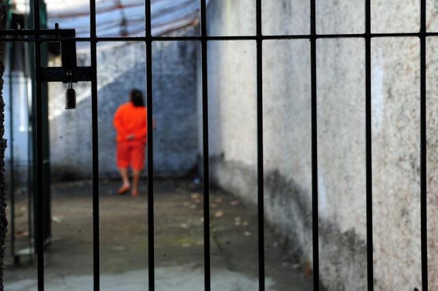 Resultado de imagem para mulher pobre na cadeia charge
