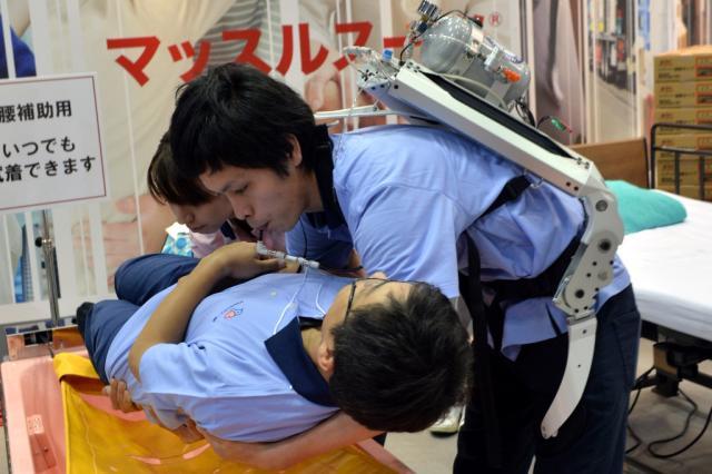 Robôs que auxiliam idosos e deficientes fazem sucesso no Japão YOSHIKAZU TSUNO/AFP