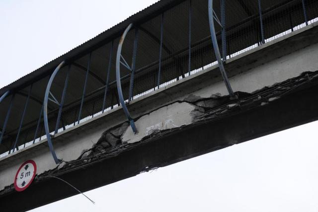 Caminhão com caçamba suspensa bate em passarela na freeway Ronaldo Bernardi/Agencia RBS