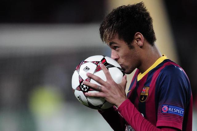 Pai de Neymar admite ter recebido pagamento antecipado para dar prioridade ao Barcelona Josep Lago/AFP