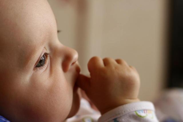 Bebês se desenvolvem melhor quando tratados como adultos, diz estudo Milan Jurek/Stock photo