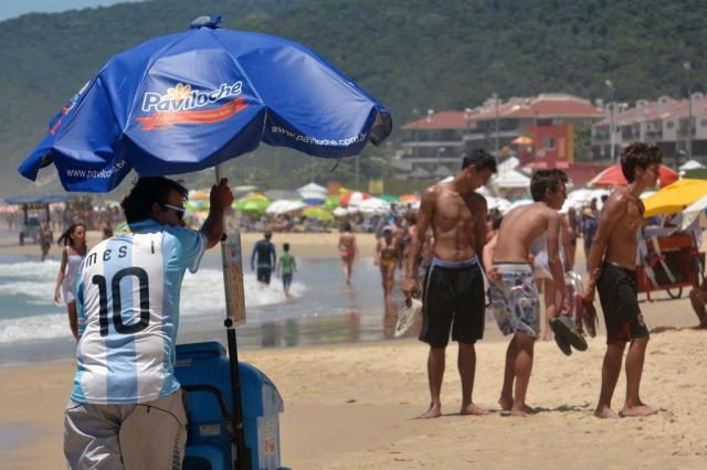 Vendedor de picolé usa camisa da Argentina para atrair os gringos Erich Casagrande/Agência RBS