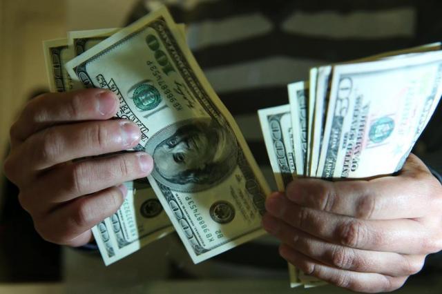 Dólar comercial sobe mais de 1% e encosta a R$ 2,35 Bruno Alencastro/Agencia RBS