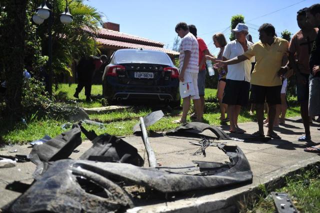 Carro invade pátio de residência em Atlântida após colisão na Avenida Paraguassu Félix Zucco/Agencia RBS