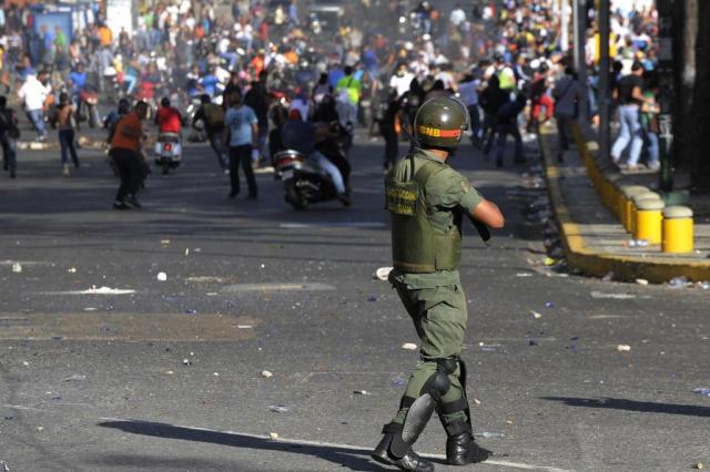 Oposição protesta nas ruas e Maduro denuncia tentativa de golpe na Venezuela LEO RAMIREZ/AFP