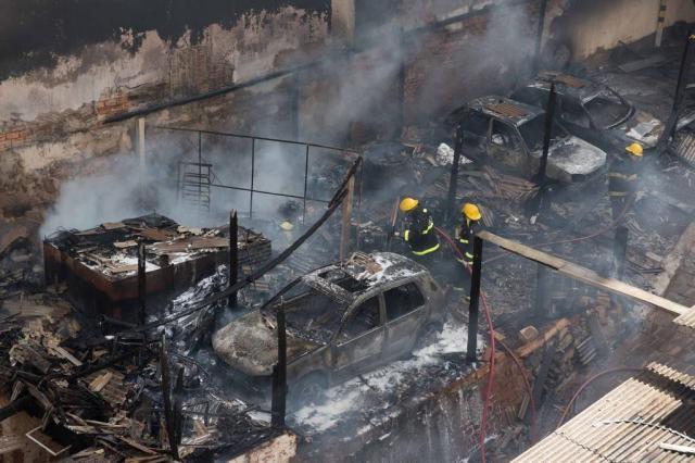 Incêndio em estacionamento danifica carros de clientes em Passo Fundo Stéfanie Telles/Especial
