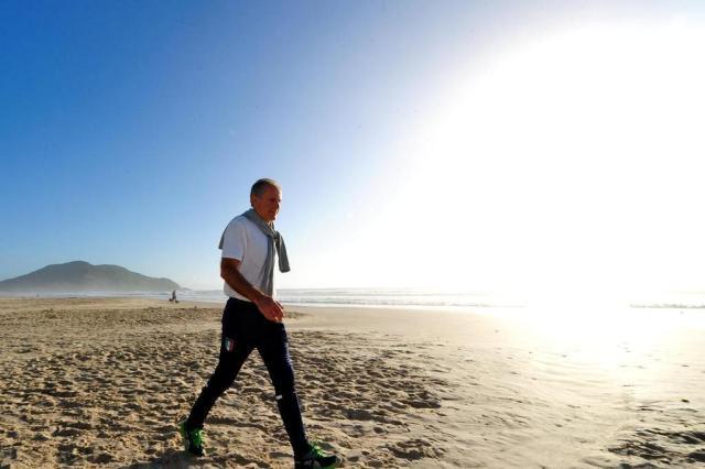 Treinador de goleiros da Itália aproveita manhã ensolarada para correr na praia Guto Kuerten/Agência RBS