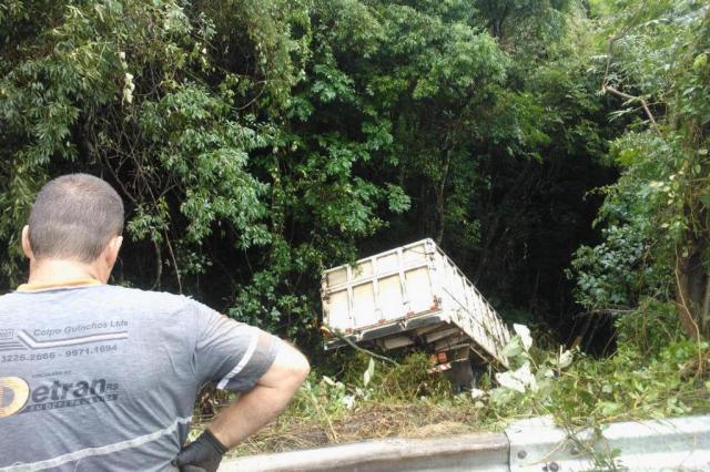 'Passou de tudo na minha cabeça', diz motorista que pulou de um caminhão que caiu em barranco de 20 metros Jean Pimentel/Agência RBS