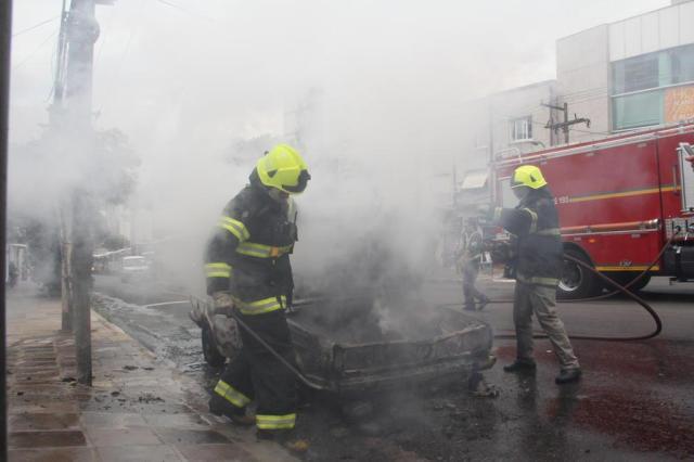 Carro pega fogo na Avenida Protásio Alves, em Porto Alegre  Bruno Felin/Agencia RBS