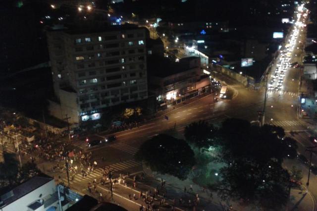 Após quebra de vidraças de agência bancária, líderes da manifestação pedem dispersão do protesto Letícia Costa/Agencia RBS
